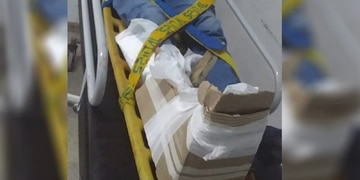 Insólito: cayó al piso con su moto, sufrió una fractura expuesta y lo enyesaron con cartones en el hospital