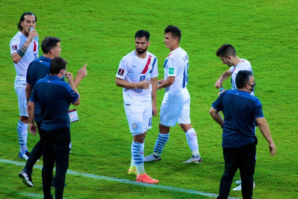 """El DT """"Toto"""" Berizzo, DT de Paraguay, dando indicaciones. Triunfo clave del conjunto Guaraní. / Gentileza."""