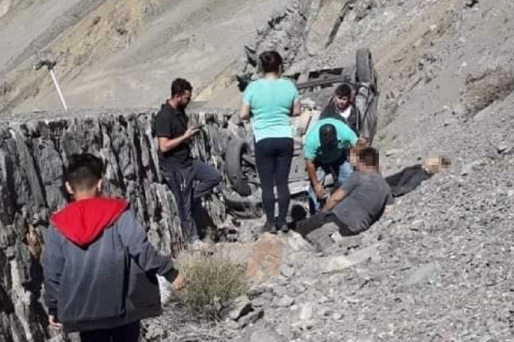 Tremendo vuelco en Alta Montaña: desbarrancó en la ruta y cayó siete metros en el cerro