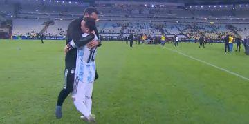 Abrazo Messi y Scaloni