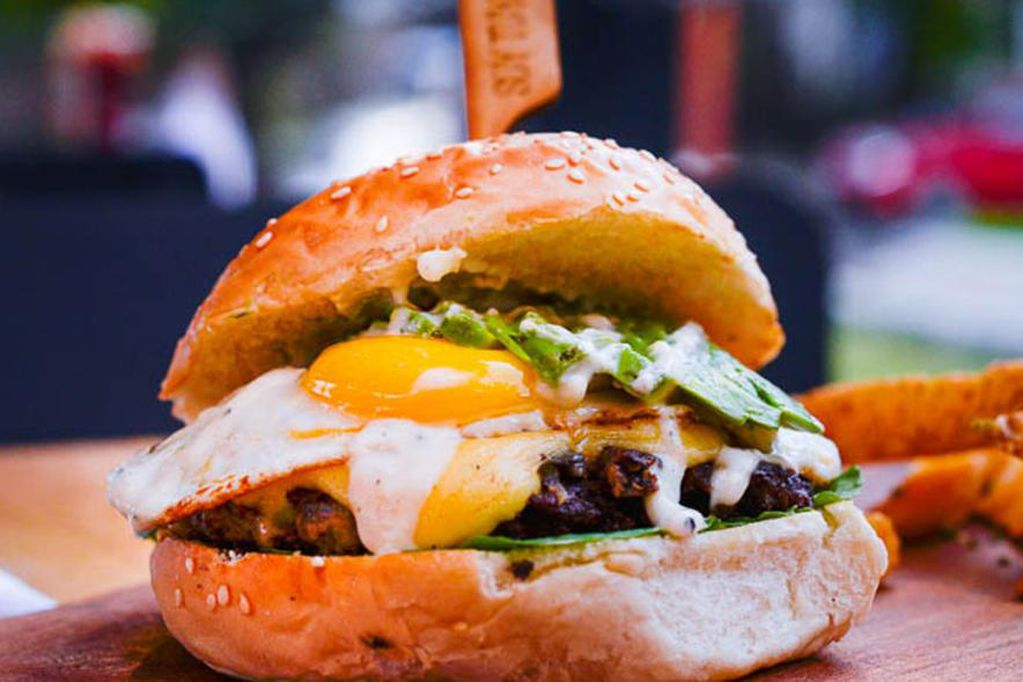 La hamburguesa gourmet es la especialidad de Patio Burgués.
