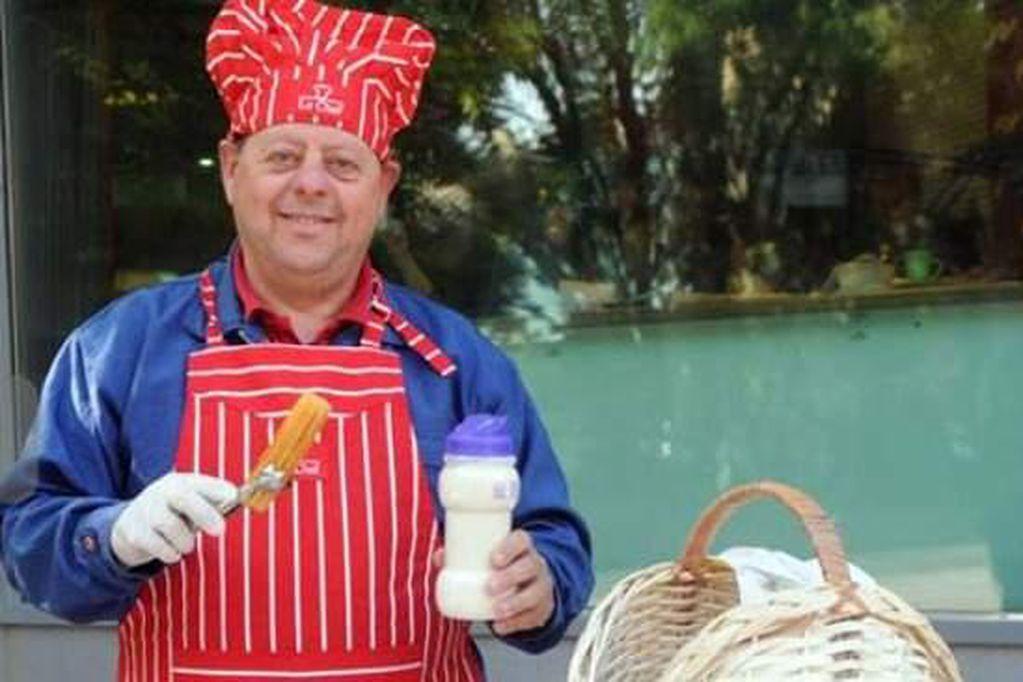 Don Cirio se gana la vida vendiendo churros.