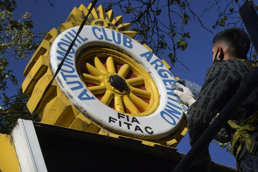 Continúan las tareas de puesta en valor del antiguo cartel histórico del ACA. Foto: Orlando Pelichotti / Los Andes