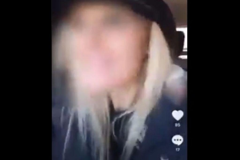 Tik Tok. La mujer se filmó manejando y después subió los videos a las redes. (Captura)