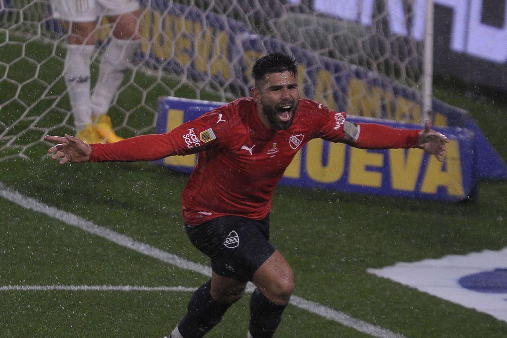 En un clásico cerrado y jugado bajo la lluvia, el cordobés Silvio Romero marcó la diferencia. (Fotobaires)