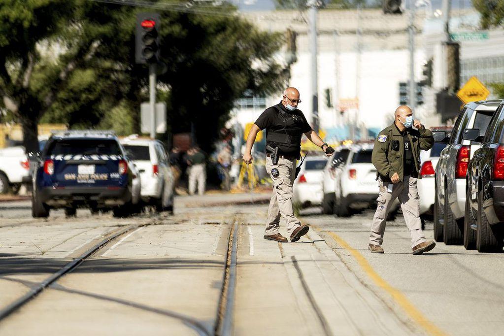 El tiroteo ocurrió en unas instalaciones de trenes en las que trabajan miles de personas y hubo al menos nueve muertos.
