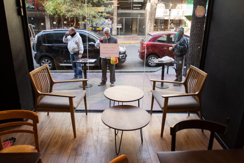 Durante la etapa de cuarentena más estrica, los sectores gastronómicos fueron los más castigados. Fotos: Ignacio Blanco / Los Andes