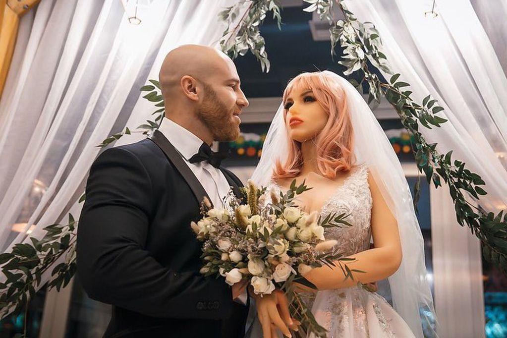 El fisiculturista ruso que se había casado con una muñeca se divorcio por infidelidad