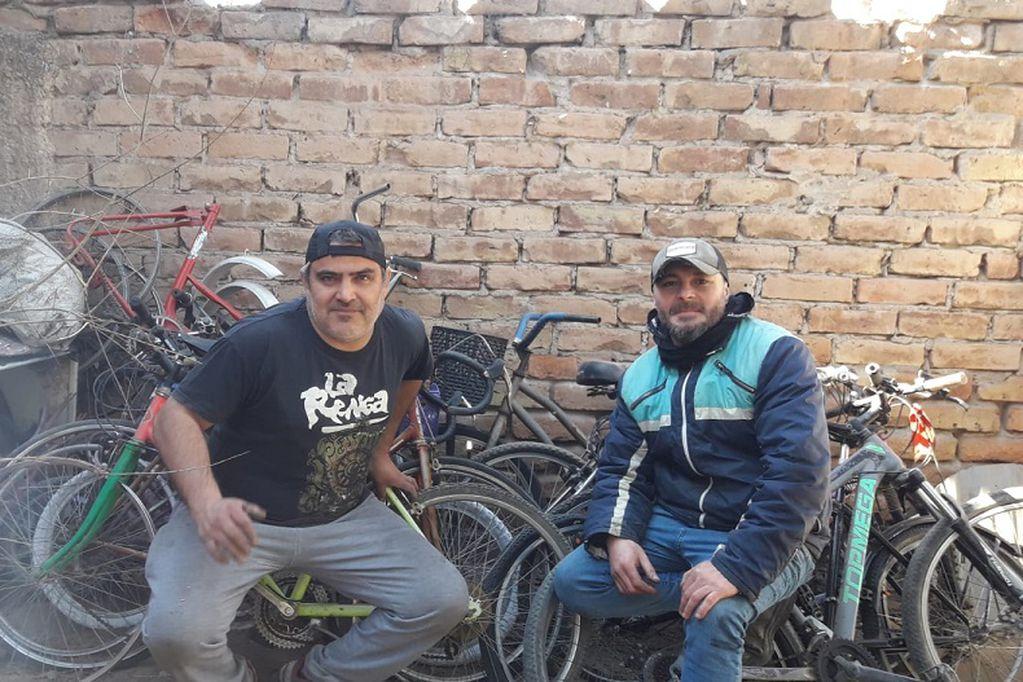 Gabriel y Pablo han comenzado la adaptación y arreglo de tres bicicletas. En octubre se entregarán las primeras siete. Foto: Gentileza