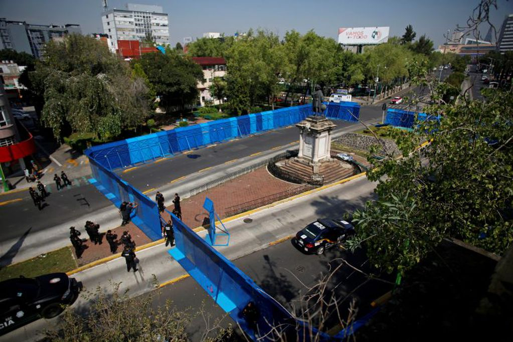 Custodia policial alrededor de lo que fue la estatua a Cristóbal Colón, en México.