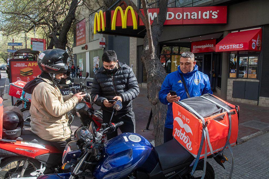 A pesar del aumento que lograron tras una protesta meses atrás, los deliveries afirman que la inflación y la menor cantidad de pedidos disminuyen su recaudación. Foto: Ignacio Blanco / Los Andes