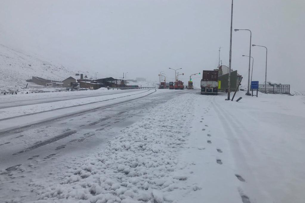 Una fuerte nevada cayó en alta montaña y se cortó el tránsito en el paso internacional a Chile.