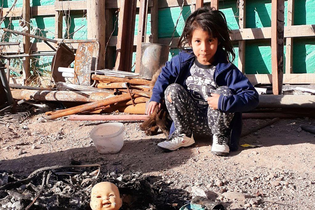 Vecinos y municipio construyen una casa para Kiara, la pequeña heroína que rescató a su hermanita de un incendio