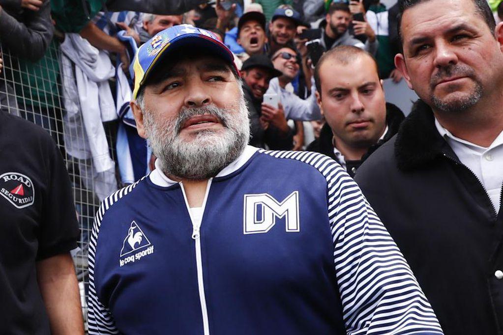 """El kinesiólogo de Maradona dijo que tiempo antes de la muerte tenía la """"pierna derecha explotada de líquido"""""""