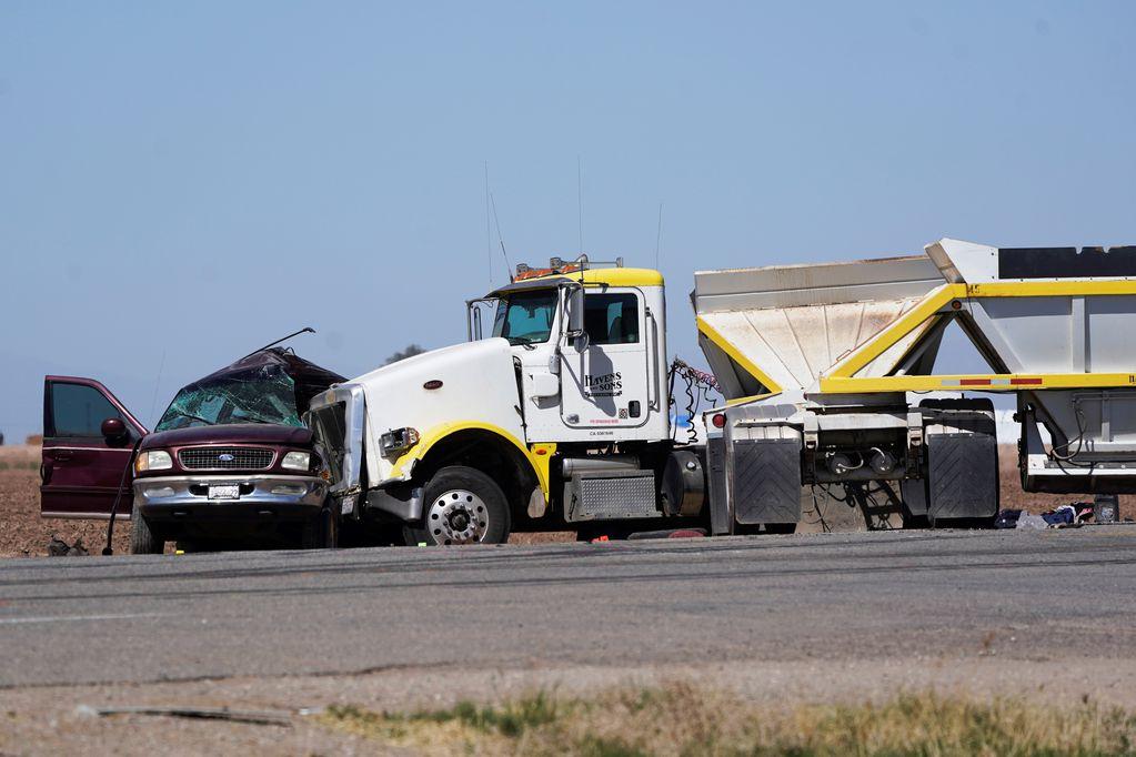 Una combi y un camión que trasladaba ripio chocaron y hay más de 15 muertos. AP