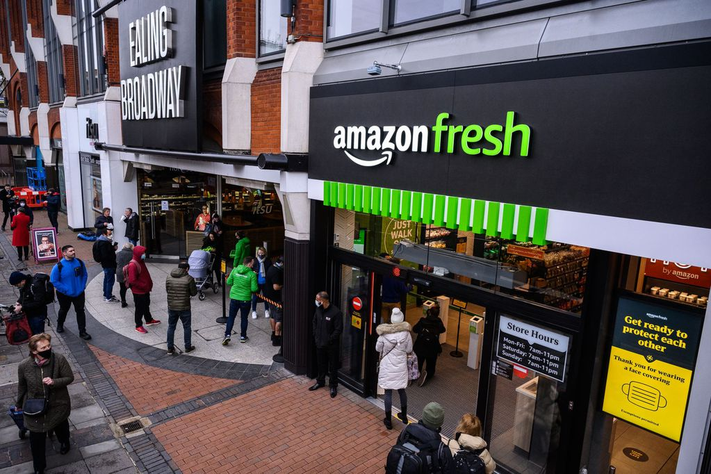 Amazon inauguró un supermercado en Londres que permite hacer compras sin pasar por la caja