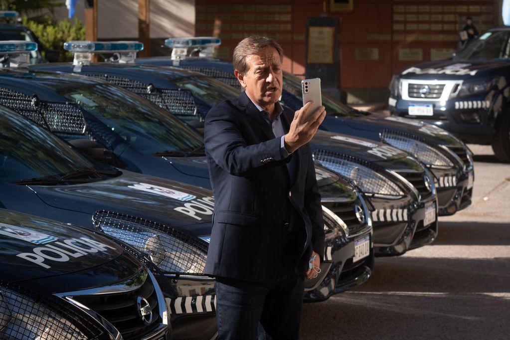 El Gobernador Rodolfo Suarez y el ministro de Seguridad, Raúl Levrino,  entregaron de vehículos y drones para la Policía de Mendoza. Foto: Ignacio Blanco / Los Andes