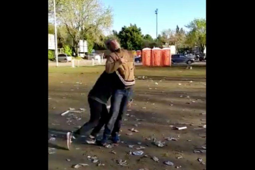 Un grupo de rugbiers golpearon a un indigente y generaron el repudio en redes sociales