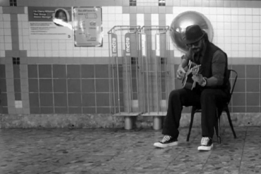 Ricardo Arjona cantó en el metro de NY