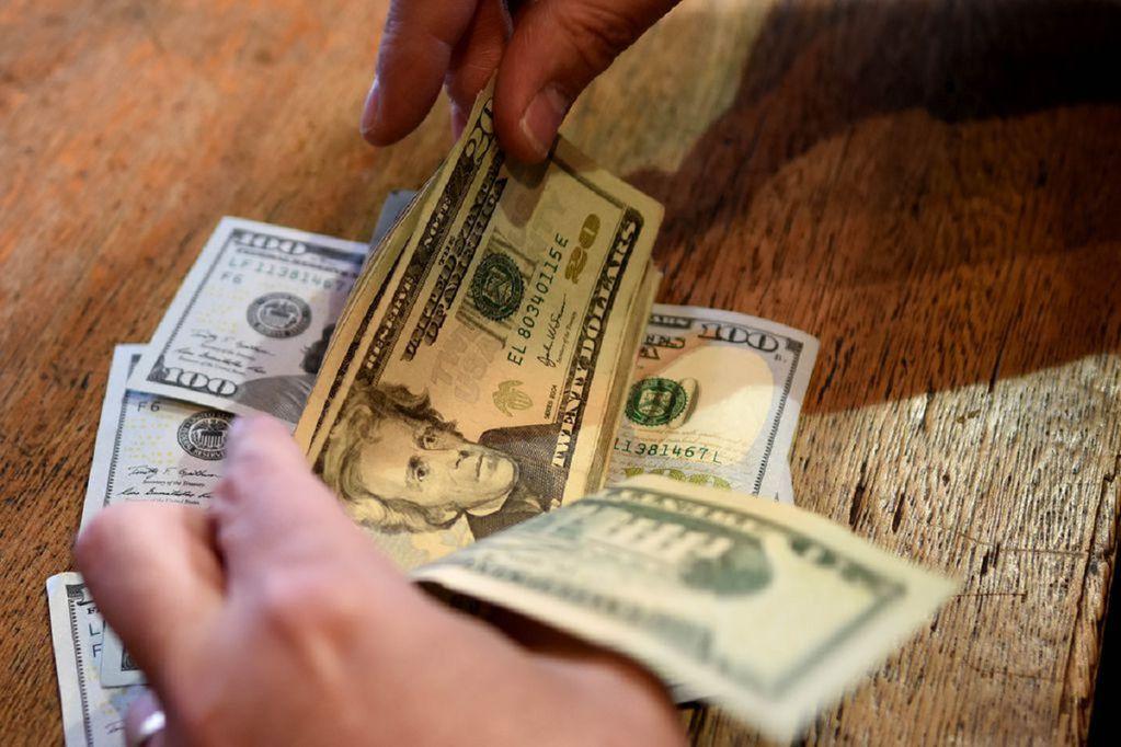 Más de 40 analistas anticipan el valor que alcanzará la divisa hacia fin de año, los datos de inflación y otras variables económicas.