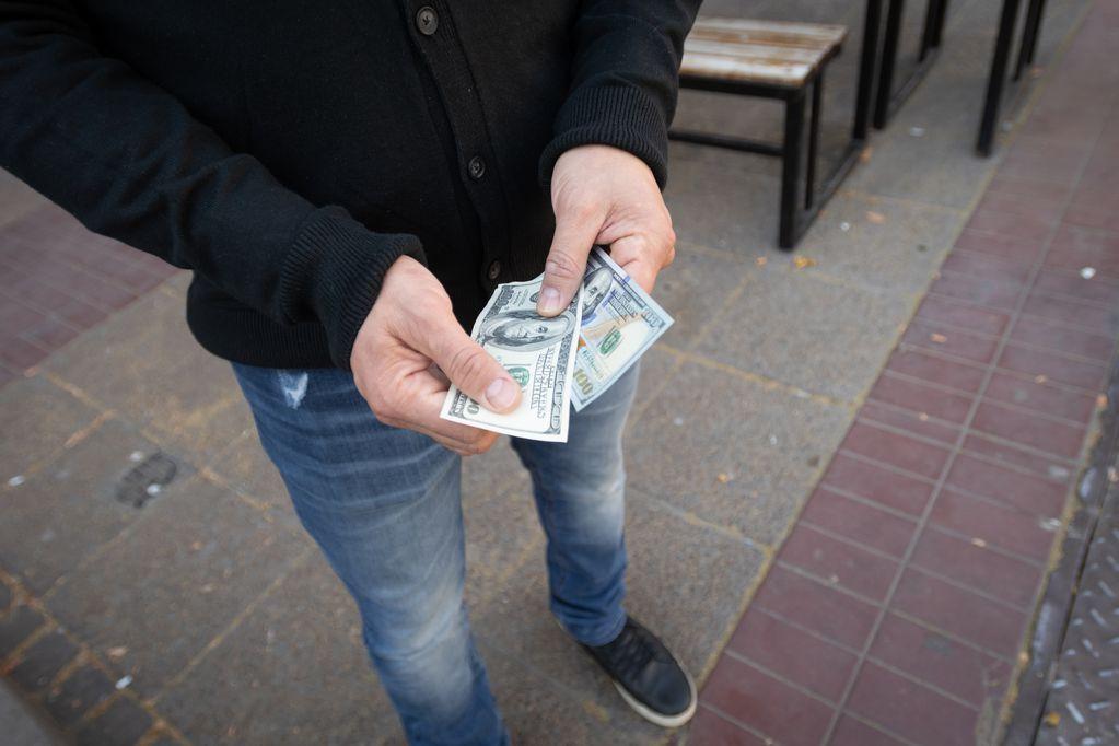 """Dólar hoy: el blue baja y reactiva el """"puré"""", ¿a cuánto cotiza? Foto: Ignacio Blanco / Los Andes"""