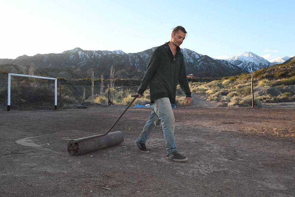 """Rafael, un vecino del lugar trabajando en la canchita llamada """"Estadio Leo Messi""""."""