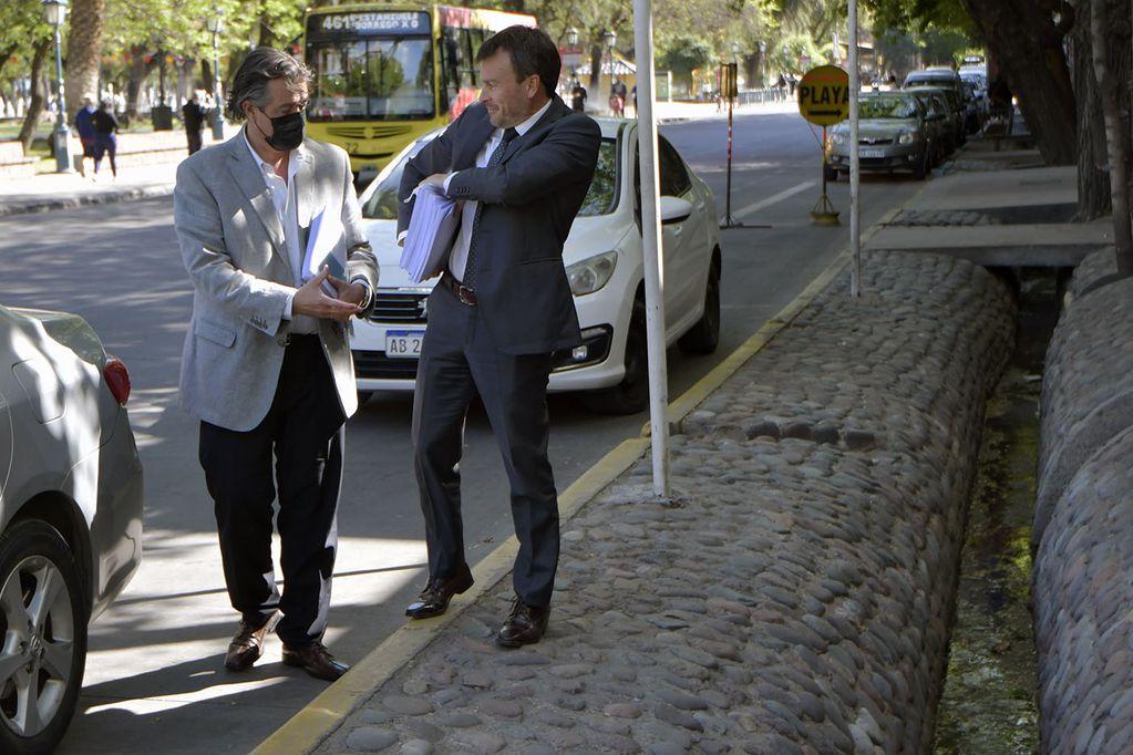 Los ministros de Hacienda Lisandro Nieri, y de Gobierno Víctor Ibáñez, llegan a Legislatura para presentar el proyecto de Ley del Presupuesto 2022.  Foto: Foto: Orlando Pelichotti