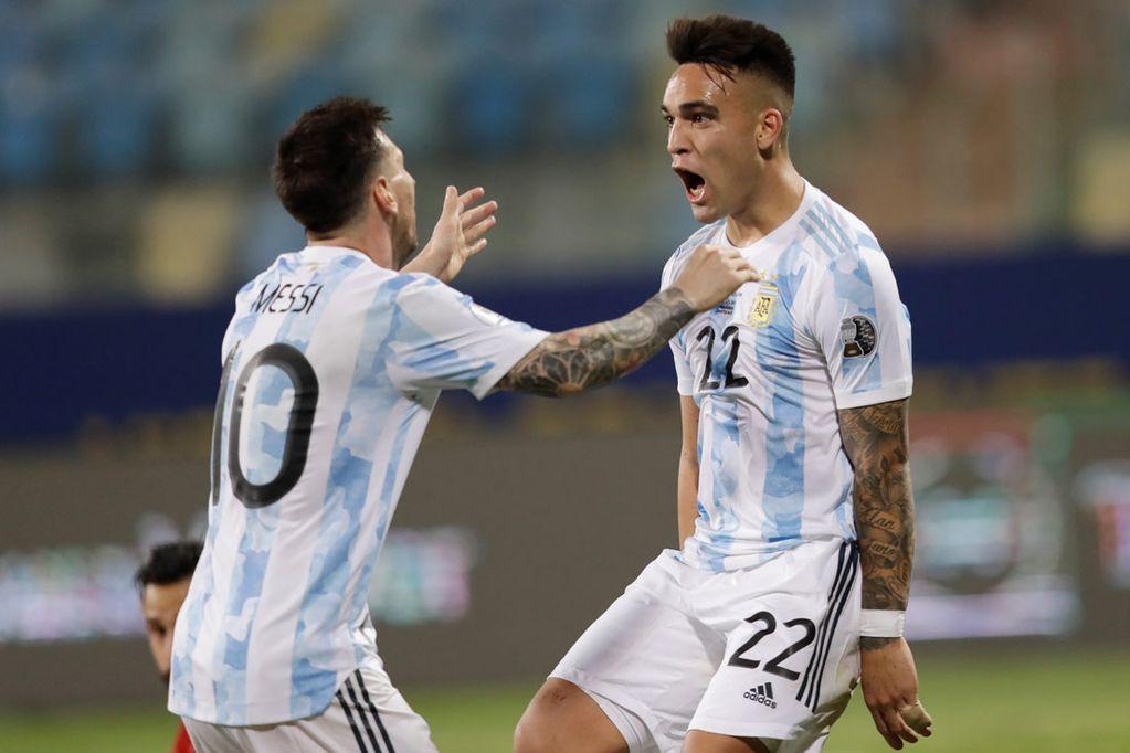Lionel Messi y Lautaro Martínez en el festejo de un gol. (AP/Archivo)