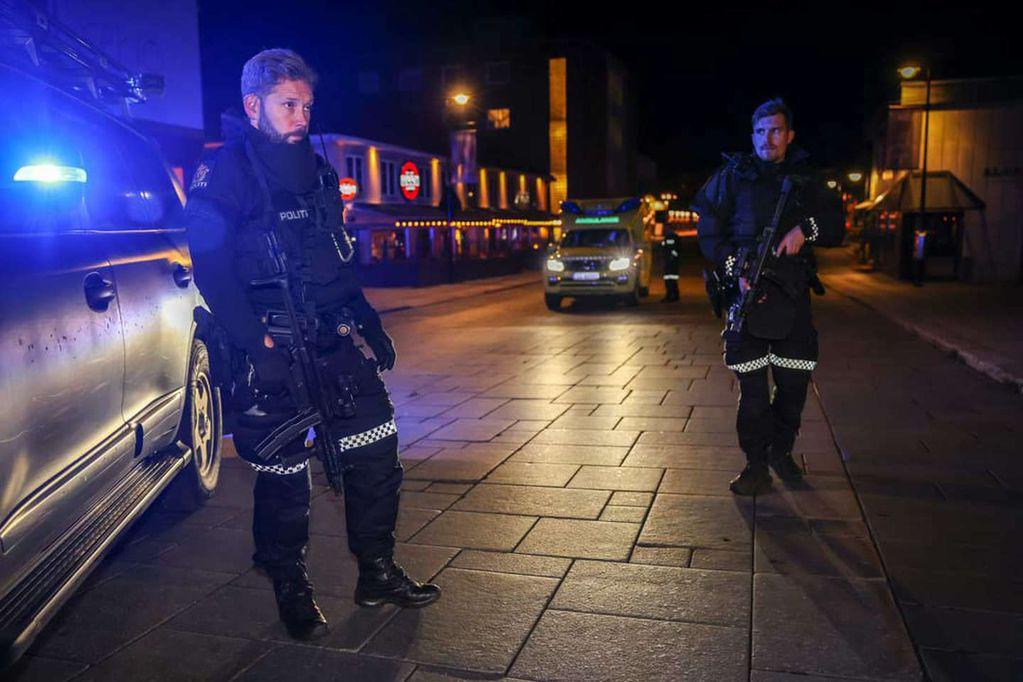 Policías custodian el lugar del ataque en el sudeste de Noruega.