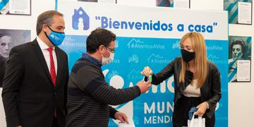 Matías Stevanato y Anabel Fernández Sagasti entregan viviendas en Maipú