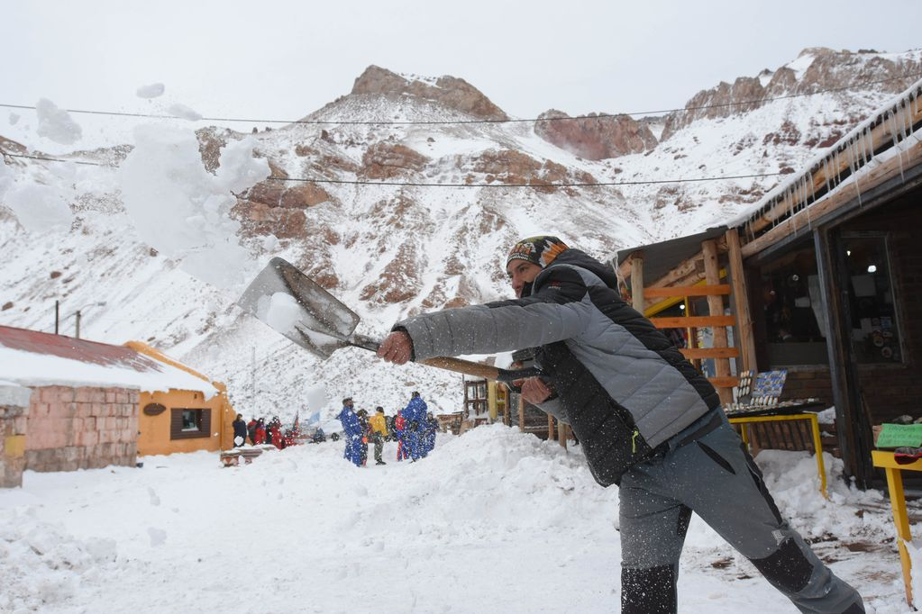 Luego de un invierno seco, la nieve llegó a la Alta Montaña y los mendocinos y turistas aprovecharon. / Claudio Gutiérrez