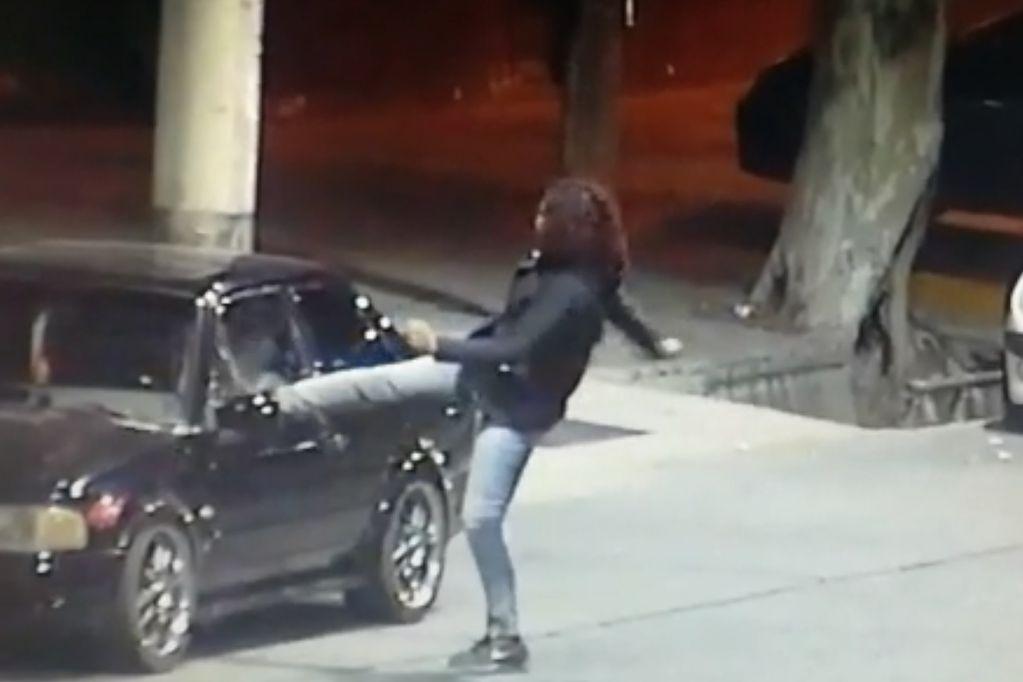 """Video: una travesti """"karateca"""" rompió un vidrio de una patada, robó y fue detenida"""