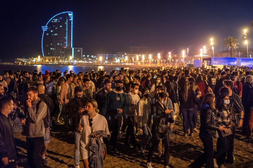 Con fiestas callejeras celebraron el levantamiento de restricciones en España
