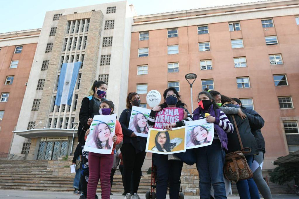 Familiares de Florencia Romano con su foto, en Tribunales para presenciar el dictado de la sentencia. José Gutiérrez/Los Andes