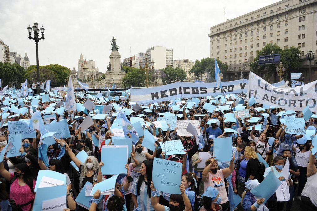 """Movilización """"celeste"""" frente al Congreso en contra del proyecto de legalización del aborto"""