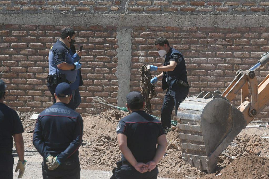 Policías manipulan elementos encontrados en la búsqueda. / Ignacio Blanco - Los Andes.